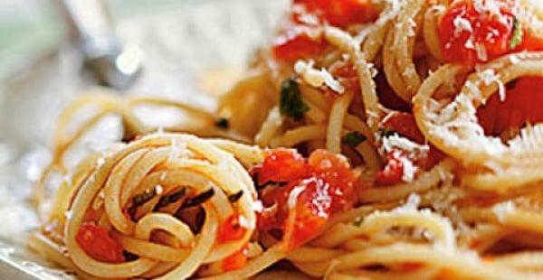 Μακαρόνια με κόκκινη σάλτσα λαχανικών