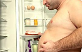 Τον βλέπετε  μπροστά στο ψυγείο?